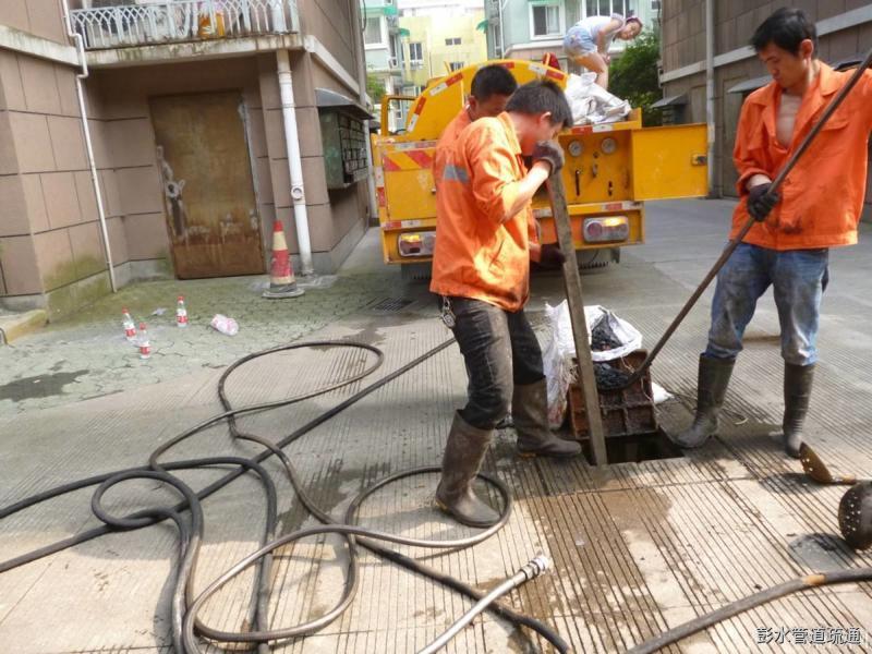 抢修漏点、疏通管线、排出污泥