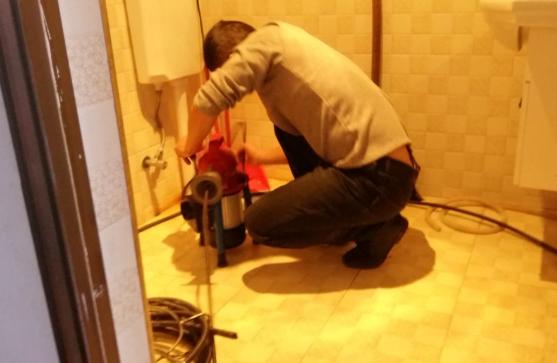 为何家庭里面的厕所管道容易堵塞?