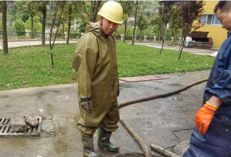 如何清理化粪池里面的污物?